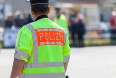 Duitse politieagent op straat Stock Foto's