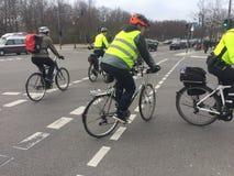 Duitse politiemannen die fietsen berijden stock fotografie