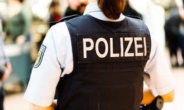 Duitse politiemanvrouw op de luchthaven van Hamburg royalty-vrije stock afbeelding