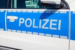 Duitse politiewagentribunes op luchthaven Stock Foto's