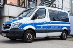 Duitse politiewagentribunes op luchthaven Stock Afbeelding