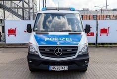 Duitse politiewagentribunes op luchthaven Royalty-vrije Stock Foto