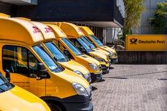 Duitse Postdhl de dienstvrachtwagen van de koerierslevering stock foto's