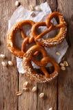 Duitse pretzels met zout close-up op de lijst verticale bovenkant vi Royalty-vrije Stock Fotografie