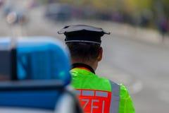 Duitse van de politievoertuig en politieagent tribunes op de straat Stock Afbeelding
