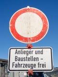 Duitse verkeersteken: Verboden passage Uitzondering voor ingezetenen en bouwvoertuigen royalty-vrije stock afbeelding