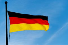 Duitse Vlag die over blauwe hemel golven Stock Afbeelding
