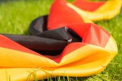 Duitse vlag op het groene gras, close-up Stock Foto