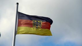 Duitse vlag sterke wind die, wolkenkleuren, Deutschland blazen stock footage