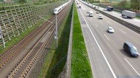 Duitse weg, naderbij komende ijs-trein stock videobeelden