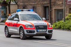 Duitse ziekenwagenauto in gebruik - Beiers rood kruis Stock Foto