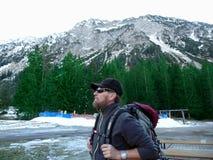 duitsland Alpen Allgäu Oberstdorf Een bergbeklimmer met een rugzak royalty-vrije stock afbeeldingen