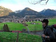 duitsland Alpen Allgäu Oberstdorf Een wandelaar komt met een rugzak stock afbeelding