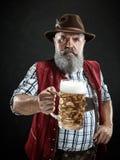 Duitsland, Beieren, Hoger Beieren, mens met bier kleedde zich binnen in traditioneel Oostenrijks of Beiers kostuum royalty-vrije stock afbeeldingen
