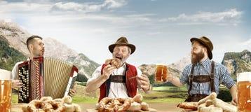 Duitsland, Beieren, Hoger Beieren, mensen met bier kleedde zich in traditioneel Oostenrijks of Beiers kostuum stock foto's