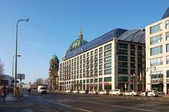 duitsland Huizen op Karl Liebknecht Street in Berlijn 16 februari, 2018 royalty-vrije stock foto's