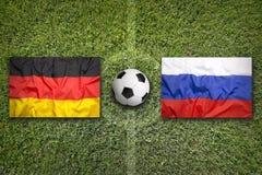 Duitsland versus De vlaggen van Rusland op voetbalgebied Royalty-vrije Stock Fotografie