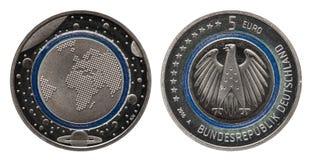Duitsland vijf euro muntstuk met planeten en blauwe polymeerring royalty-vrije stock foto