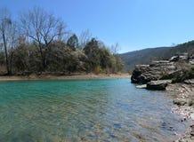 Duivel ` s Den State Park, het Duidelijke Blauwe Water van Arkansas royalty-vrije stock afbeelding