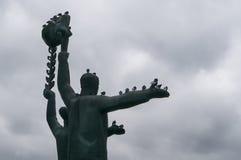 Duiven die op het monument zitten Royalty-vrije Stock Foto's