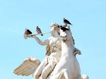 Duiven die op het standbeeld van Renommee zitten Royalty-vrije Stock Afbeelding