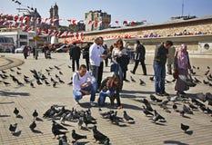 "Duiven op Taksim Vierkante †""Estambeyoglu in Istanboel Turkije Royalty-vrije Stock Afbeeldingen"