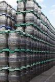 Duizend die Vaatjes in de brouwerij op binnenplaats wordt opgeslagen royalty-vrije stock foto