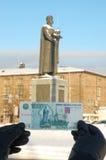 Duizend roebels tegen een Yaroslav het Wijze monument Royalty-vrije Stock Afbeeldingen