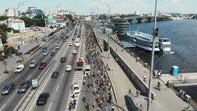 Duizenden aantrekkelijke fietsers drijven langs de de rivierkade van Dnipro van de stad bij internationale fietsdag bij zonnige d stock videobeelden