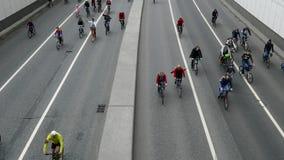 Duizenden fietsers op een stadsstraat stock video