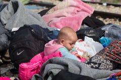 Duizenden immigranten zijn in een wachttijd bij de grens tussen Gree royalty-vrije stock afbeeldingen