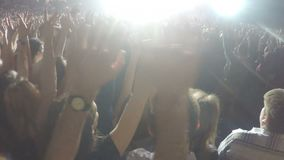 Duizenden jongeren die handen golven bij overleg De ventilators die rots van idool genieten tonen stock video
