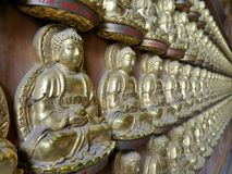 Duizenden kleine beelden van Boedha in de Zaal van Meun Buddhasukkhavadi Stock Foto's