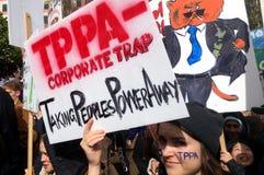 Duizenden maart tegen TPP-handelsovereenkomst in Auckland - Nieuwe Ze Royalty-vrije Stock Foto