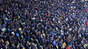 Duizenden mensen die op voetbalwedstrijd bij stadion, grote sportieve gebeurtenis letten stock videobeelden