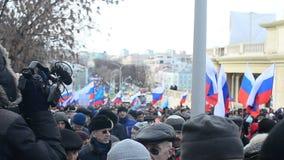 Duizenden mensen kwamen uit op de straten van Moskou stock video