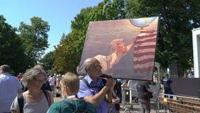 Duizenden mensen op de straten om tegen de de troef en Putin-top in Helsinki, Finland te protesteren stock video