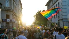 Duizenden mensen worden verzameld om begin van LGBT-Eerweek te vieren die De de regenboogvlag van de deelnemersgolf en viert in j stock afbeeldingen