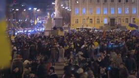 Duizenden Oekraïeners assembleren samen met nationale vlaggen aan stemadvies stock videobeelden