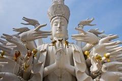 Duizenden overhandigen guanyin standbeeld. Stock Afbeeldingen