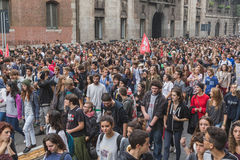 Duizenden studenten maart in de stadsstraten in Milaan, Italië Stock Afbeeldingen