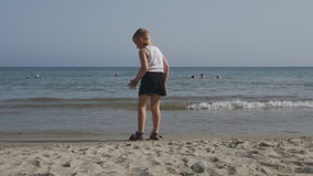 Duizenden toeristen bezoeken de hotels van Bulgarije in de zomer op de kust van de Zwarte Zee te ontspannen stock video