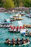 Duizenden toeschouwers die op het begin van de traditionele bootmarathon letten in Metkovic, Kroatië Royalty-vrije Stock Foto's