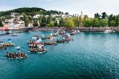 Duizenden toeschouwers die op het begin van de traditionele bootmarathon letten in Metkovic, Kroatië Stock Foto's
