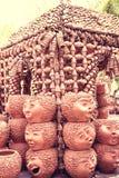 Duizenden van Gebakken Clay Pots als muur om te verfraaien de tuin bij Royalty-vrije Stock Foto