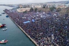Duizenden van mensenprotest tegen om het even welk Grieks compromis op stock fotografie