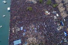 Duizenden van mensenprotest tegen om het even welk Grieks compromis op royalty-vrije stock fotografie