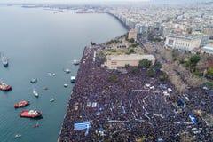 Duizenden van mensenprotest tegen om het even welk Grieks compromis op stock afbeelding