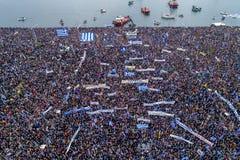 Duizenden van mensenprotest tegen om het even welk Grieks compromis op stock afbeeldingen