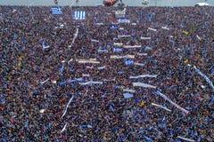 Duizenden van mensenprotest tegen om het even welk Grieks compromis op royalty-vrije stock afbeeldingen